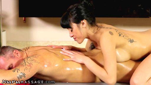 Японская массажистка купает клиента перед сексом
