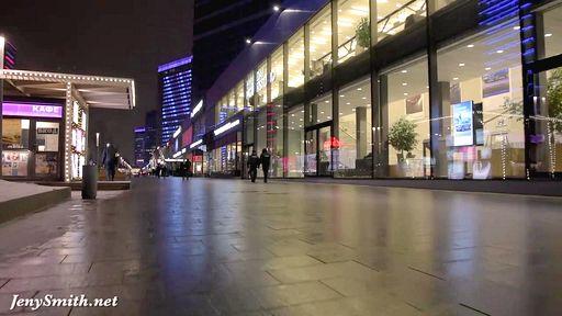 Сказочная брюнетка гуляет по городу с голой попкой