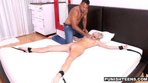 Взрослый развратник привязал блондинку к кровати перед жаркой