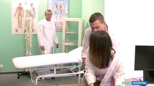 Татуированная медсестра шпилится верхом на хирурге