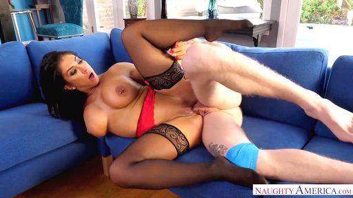 Домохозяйка в сексуальном платье сосет чуваку на диване