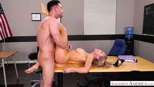 Студент вдул в вагину преподавательницы на столе